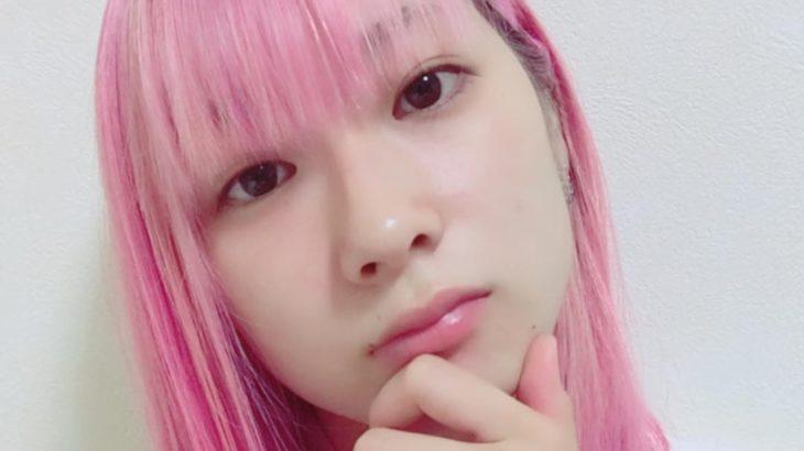 ピンク色の長い髪を風がやさしくつつむ – トーニャはピンクヘアに夢中